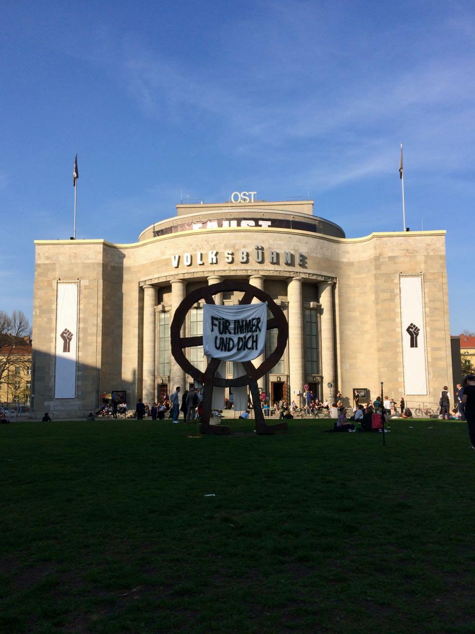 Volksbühne am Rosa-Luxenburg-Platz / カストロフ退任とフォルクスビューネの行方